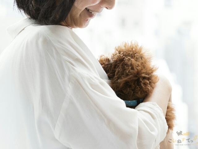 幸せな生活を送ることで噛み癖のなくなった犬と飼い主