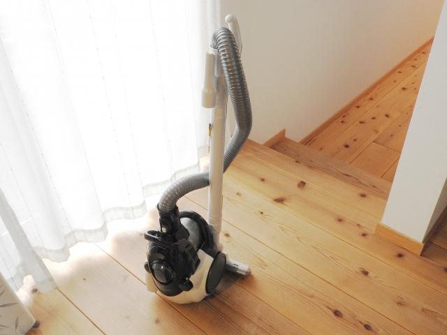 子犬が慣れるために置いてある掃除機