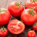 そのトマト、愛犬に与えても大丈夫?犬にトマトを与えるときの注意点とは?【獣医師監修】