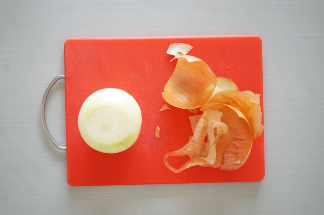 玉ねぎの調理をしたまな板