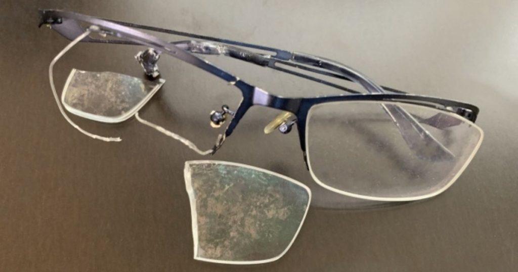 犬が噛んで壊れたメガネ